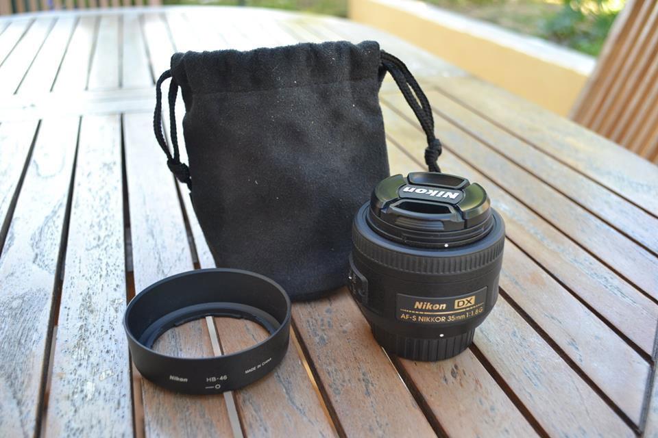 La focale fixe accompagnée de ses accessoires.