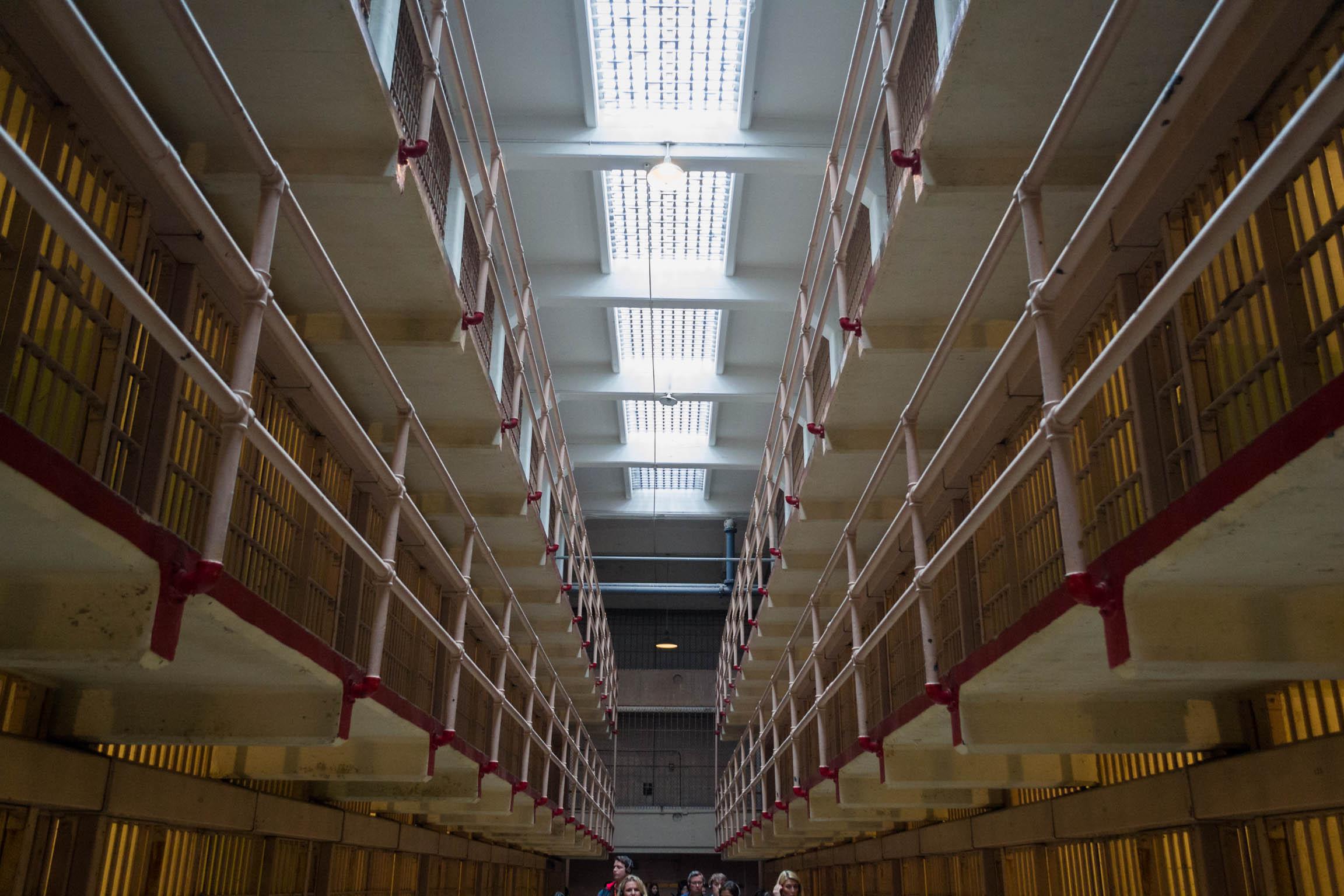 Les allées de la prison, des rangées de cellules sur 3 étages organisées en blocs
