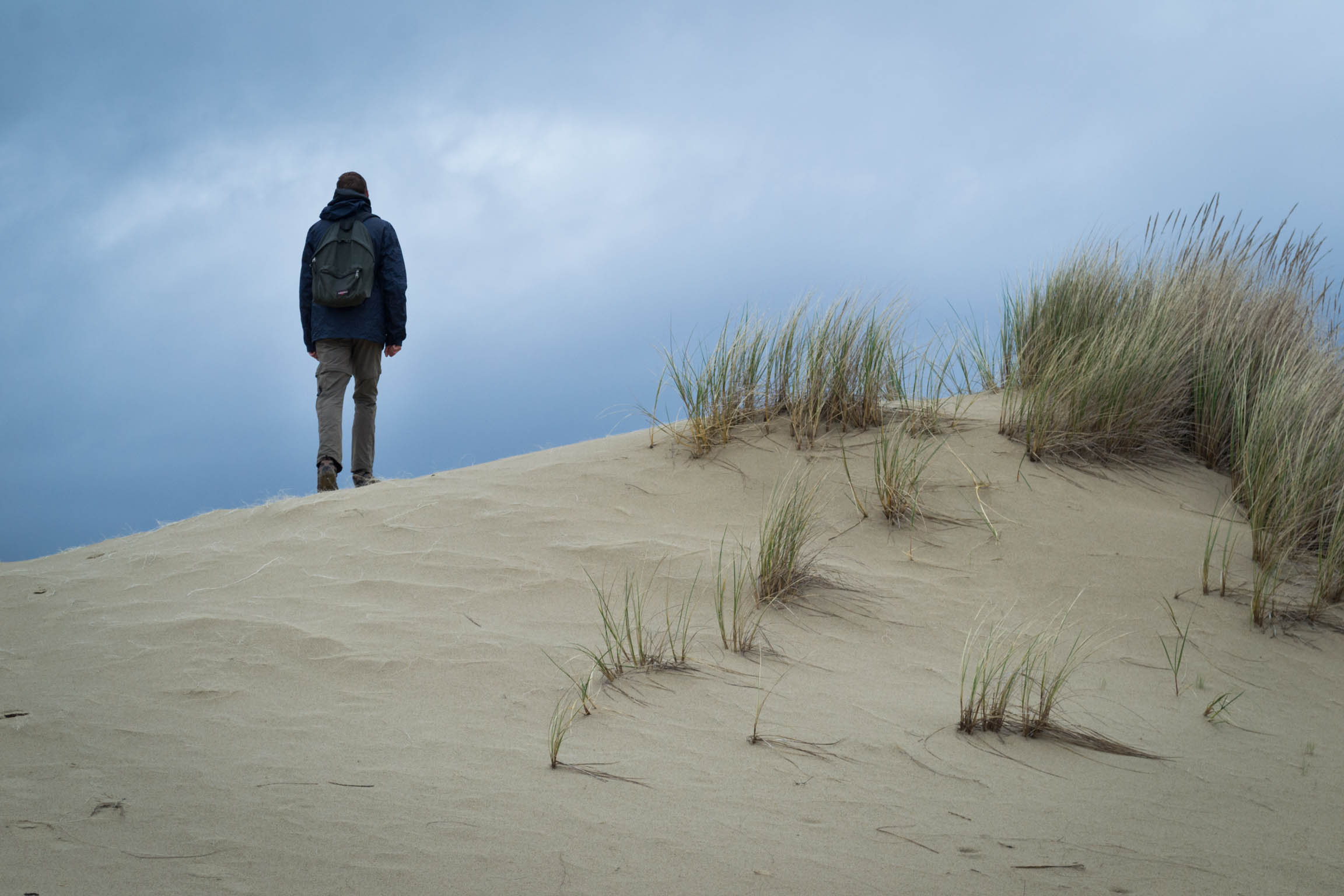 La randonnée sur les dunes pour chercher un chemin alternatif
