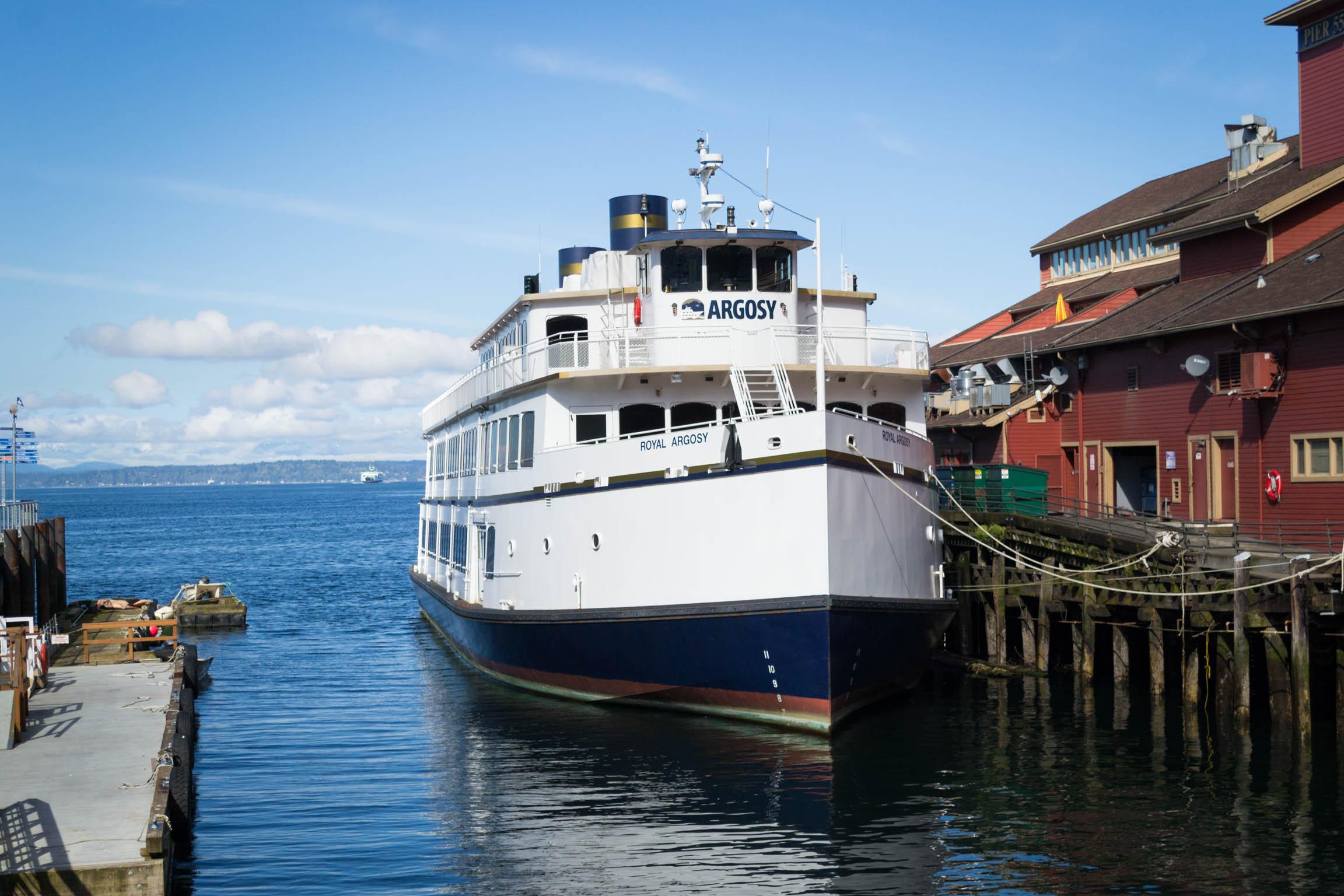 Un bateau de croisière amarré