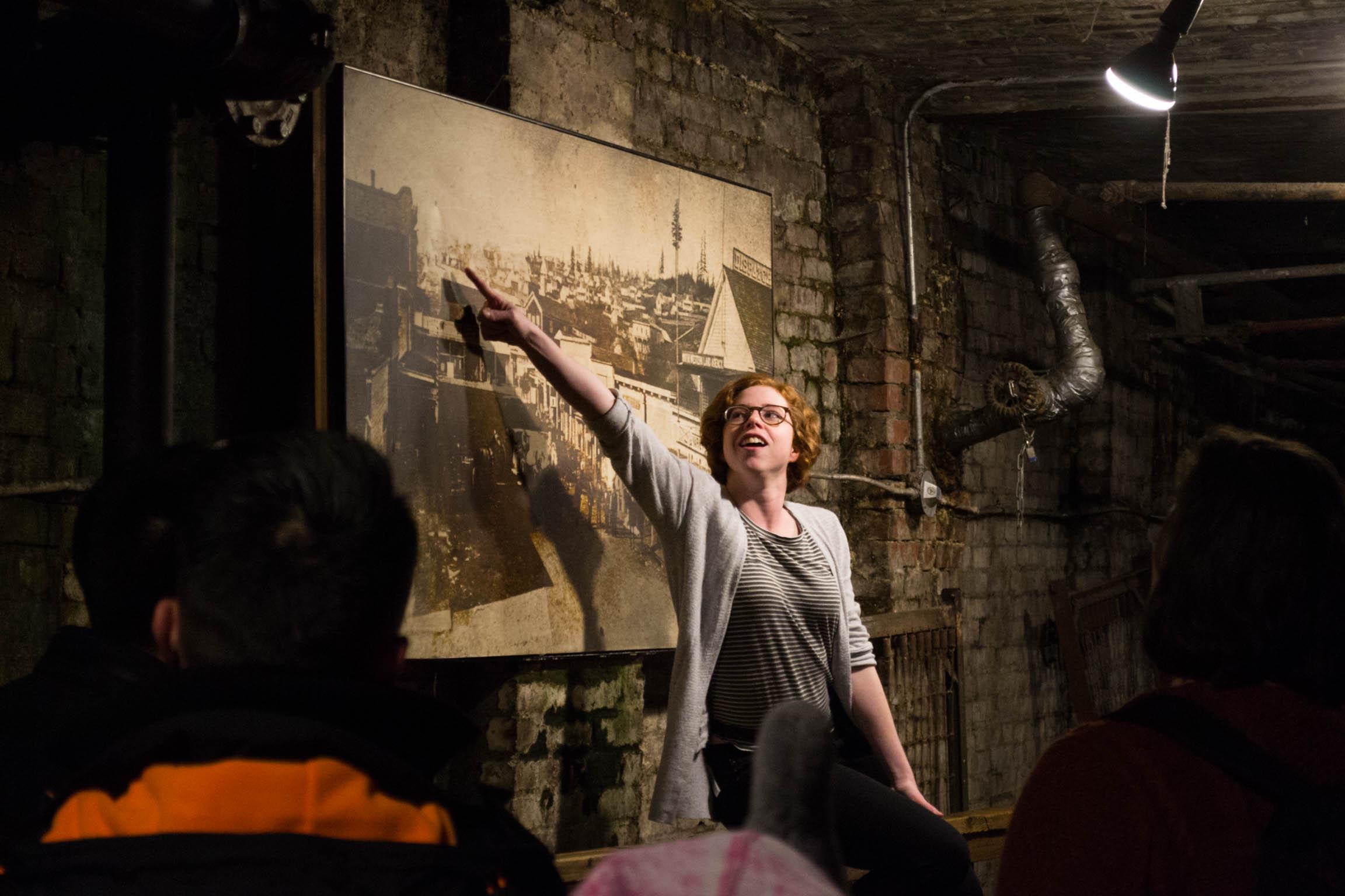 Notre guide nous racontant une histoire sur la ville