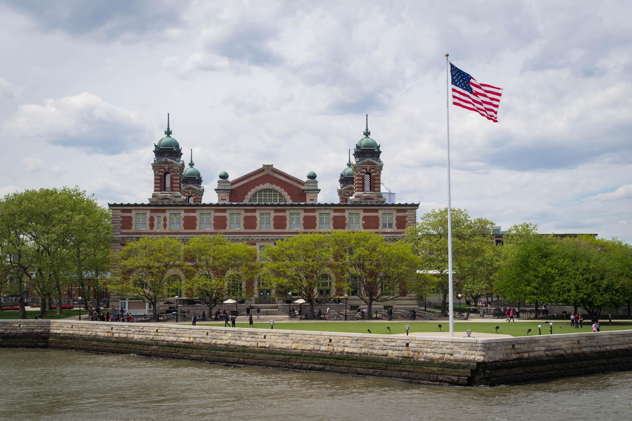 Ellis Island et son bâtiment principal depuis le ferry