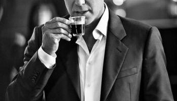 george clooney tomando cafe