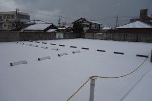 雪が積もっと駐車場