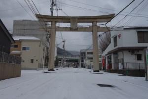 雪が積もった鳥居のある交差点