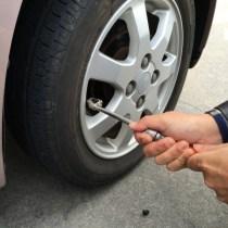 タイヤに窒素入れると燃費向上の効果?空気との違いと価格は?