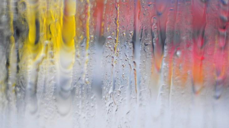 フロントガラスが曇る原因と対処方法は?曇り止めって効果ある?