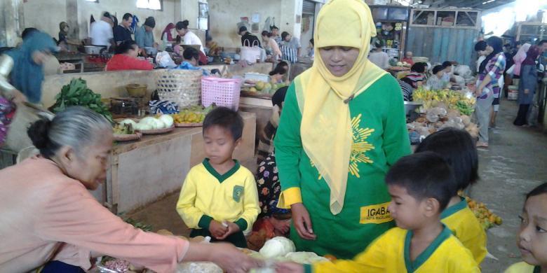 anak berbelanja di pasar