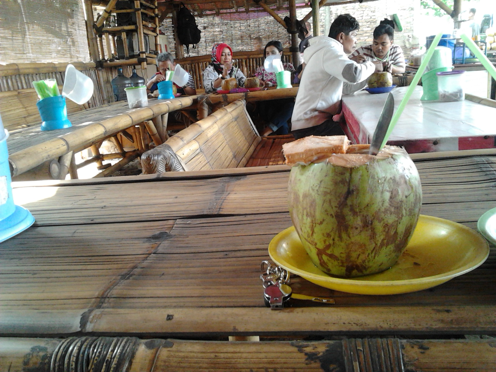 warung es kelapa muda tepi pantai