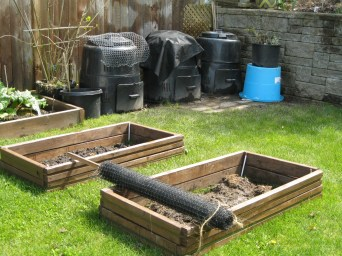 Raccoon proofing composts