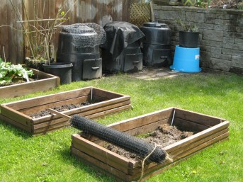 Raccoon proofing composts