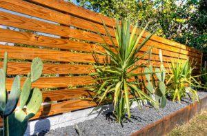desain pagar yang cocok untuk rumah kayu minimalis modern