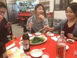 青菜炒めを食べるCaratのスタッフたち