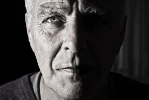 老化した男性の肌のイメージ