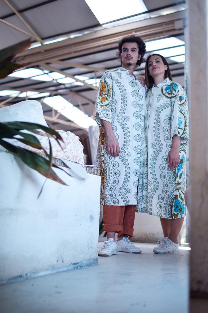 Dúas modelos posan con túnicas Cabanas de Carballo Artesanía