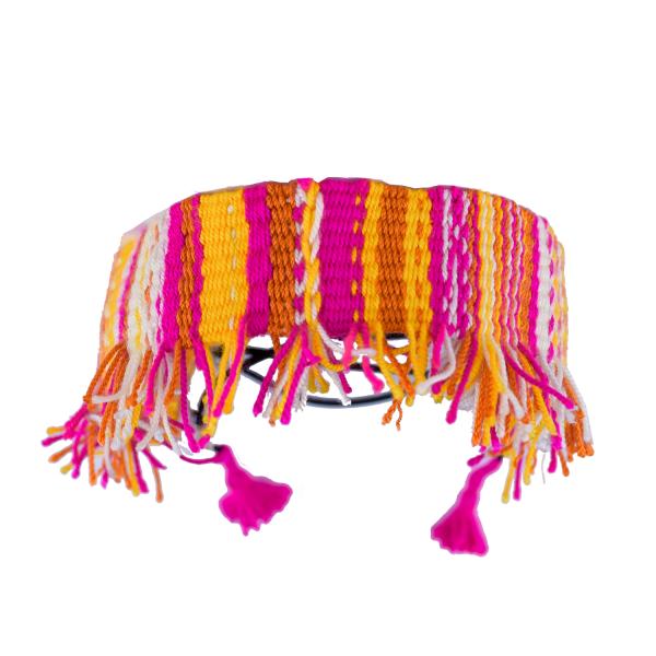 Gargantilla ancha tecida a man con flocos axustable grazas á goma rematada en dúas borlas da parte posterior con estampado a raias en amarelo vivo, fucsia, laranxa e branco