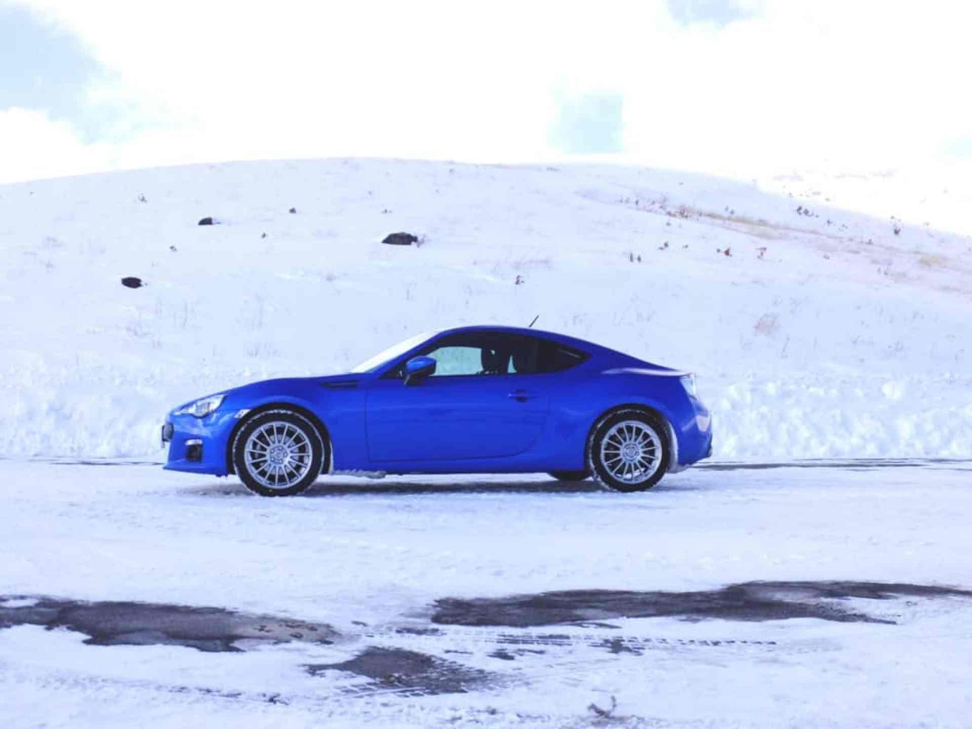 雪道をかけるスバル車