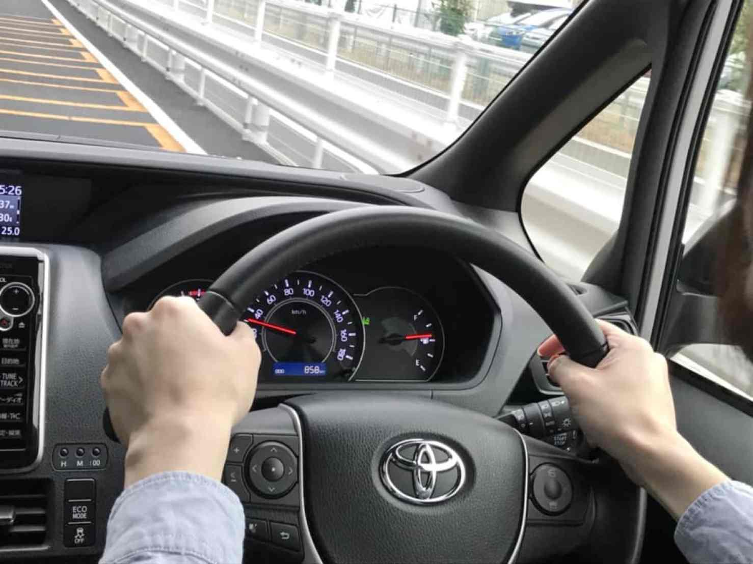 ヴォクシーの試乗中の運転席