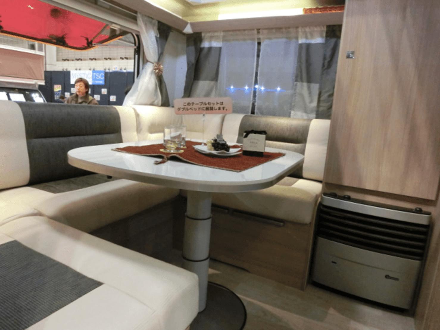キャンピングカーのテーブルとソファ