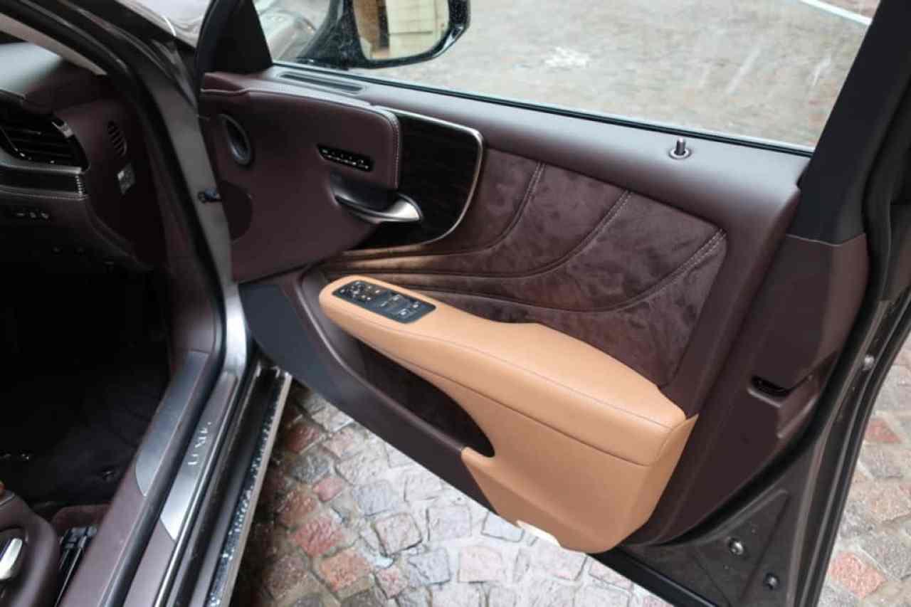 レクサスLSの運転席のドアトリム
