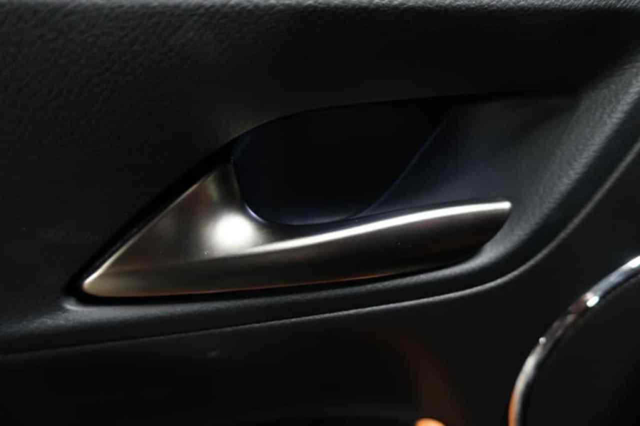 レクサスLXの後部座席ドアのインナーハンドル