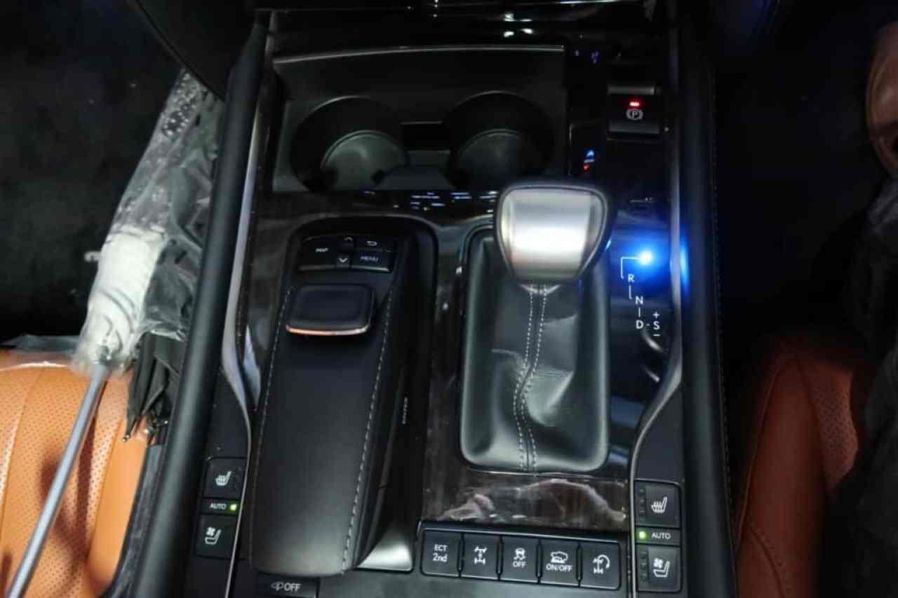 レクサスLXのカーナビの操作スイッチ、シフトレバー