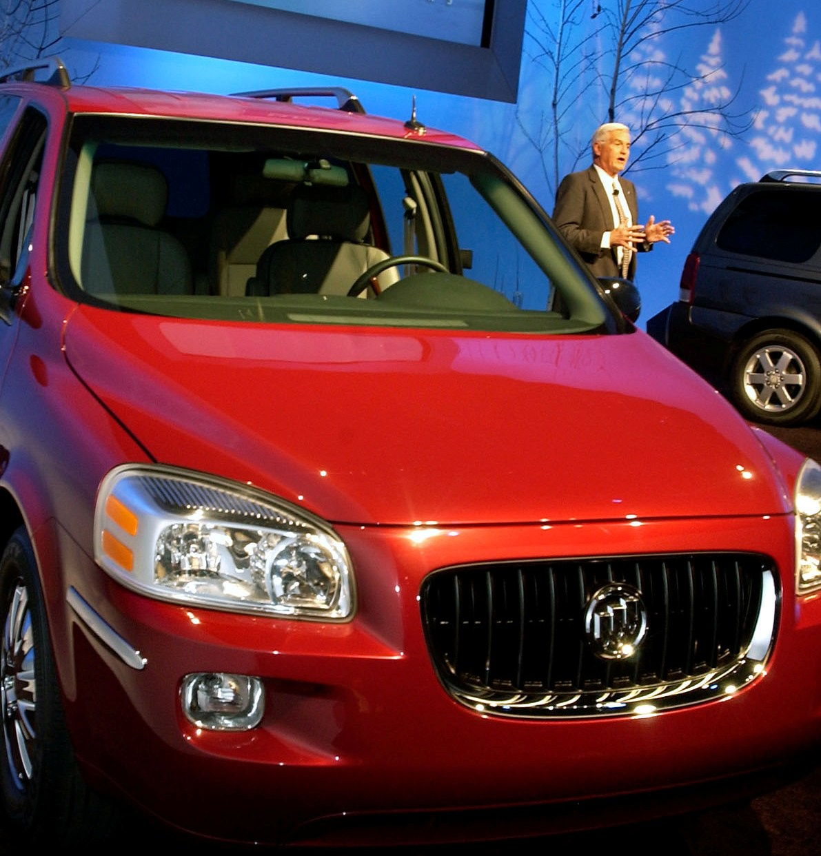 GM's-Bob-Lutz-with-the-7-seater-Buick-Terraza
