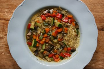 Low-Carb, gluten and dairy free super veggie noodle broth