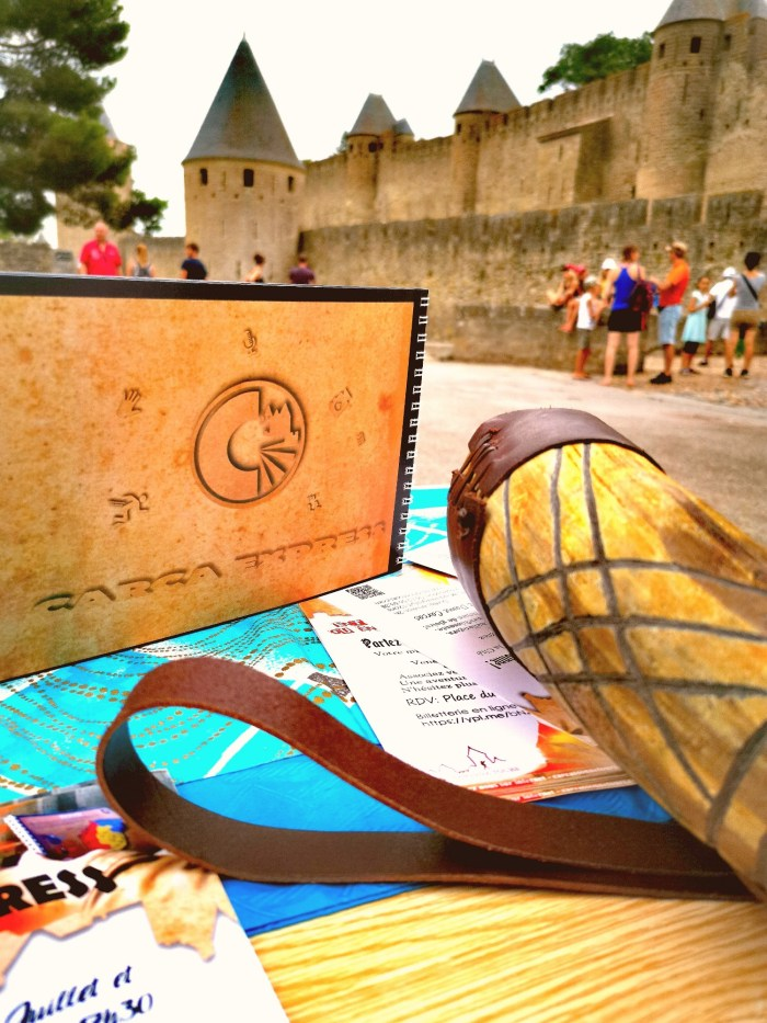 carnet carca express devant la cité médiéval de Carcassonne