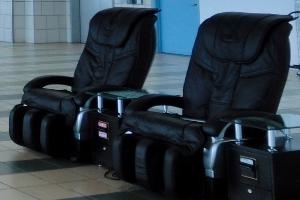 空港ラウンジのマッサージチェア