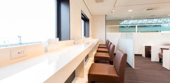 松山空港のビジネスラウンジ カウンター席