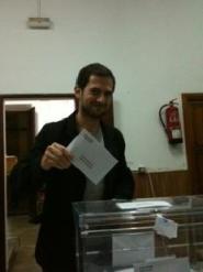 Un jove, que sempre sol fer tard, en el moment de lliurar el seu vot a temps. Cosa rara. Bé, Juanri