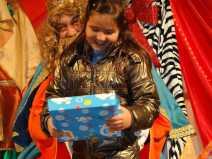 Una nina ben contenta amb el seu regal