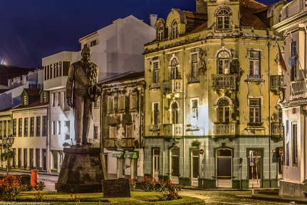 Night photography of a statue in the rainy streets of Horta.