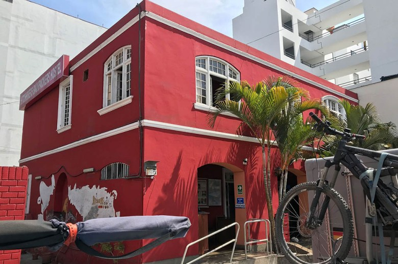 Hitchhikers Hostel Lima is located within close walking distance of Parque Kennedy and the Miraflores Boardwalk