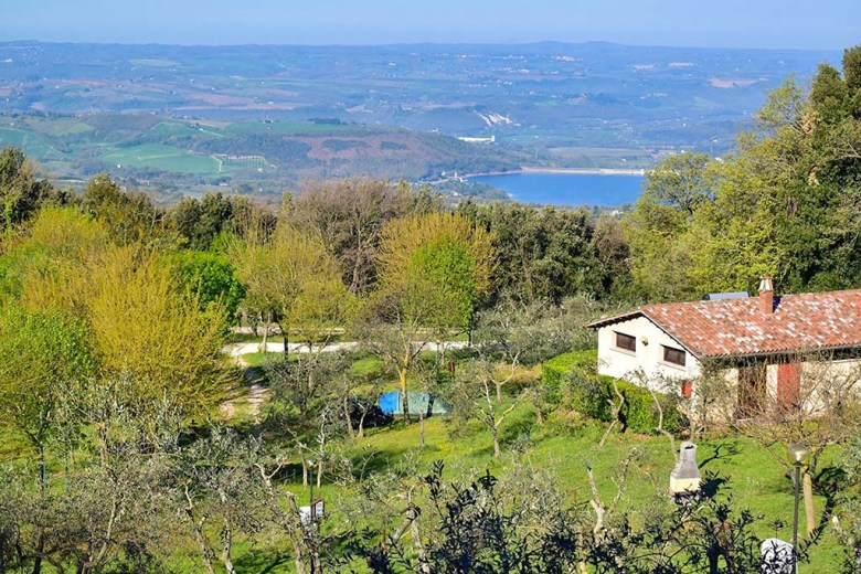 Camping Il Falcona is perched high above Lake Corbara, a few kilometres east of Orvieto