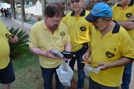 Grupo Reumatismo recebendo Prêmio e entregando prêmio para sr. Hermes