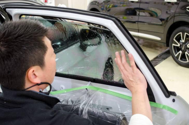 熟練したスタッフがソーラーガードクァンタムを貼り付けしているところ