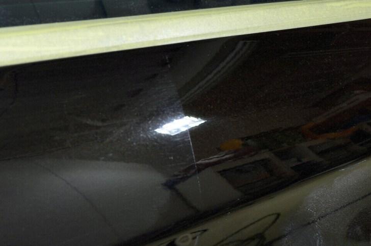 CITROEN C5の研磨前(左)と研磨後(右)でボディの輝きが全く違うのがわかる。