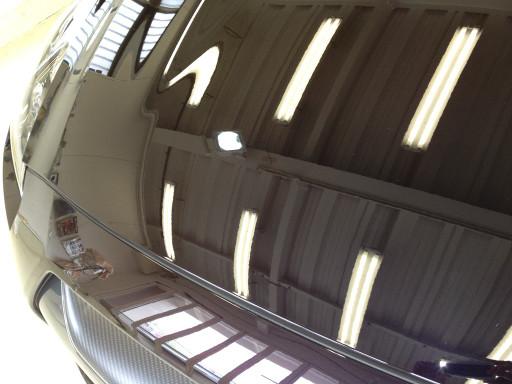 コーティング後のGT-R R35 スペックVのボンネット。蛍光灯がクッキリと映し出されている。