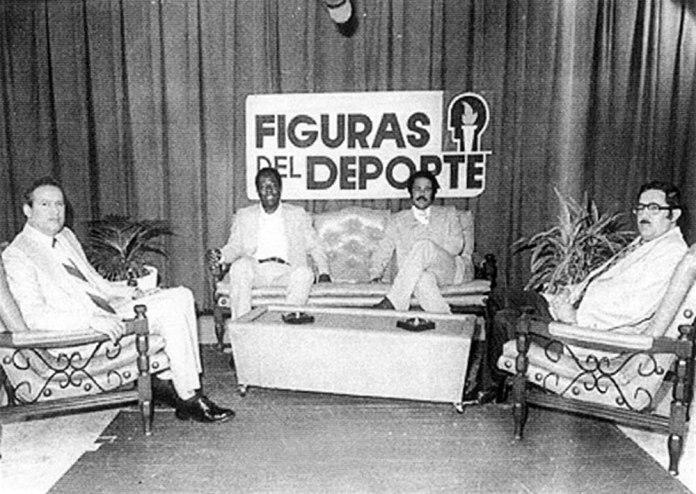 En la Izquierda, Cuqui Córdova, al centro Hank Aaron y Juan Marichal, a la derecha Alvaro Arvelo Hijo. Figuras del Deporte, 1977.