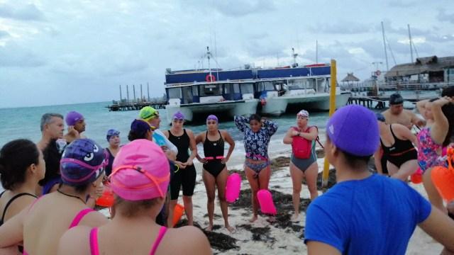 Brazada de 1.5 kilómetros en el mar de Cancún con llamado a frenar violencia contra la mujer