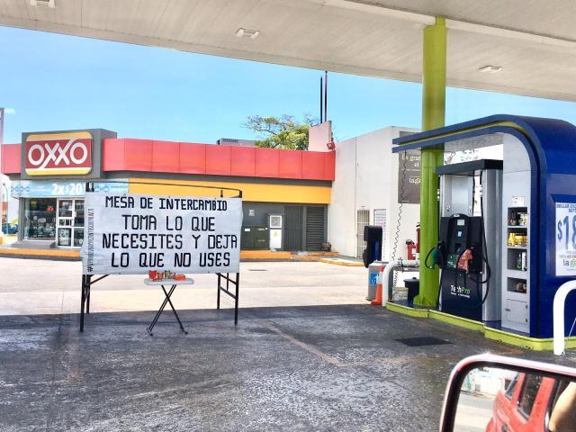 Gasolineras ponen mesa de productos gratuitos para chetumaleños necesitados