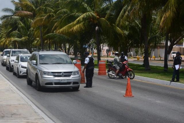 Investigan incidente con policía de Cancún acusado de sobornar turistas