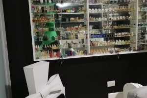 Víctor Rangel, coleccionista de perfumes en miniatura