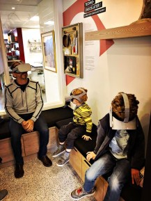 Des casques de réalité virtuelle permettent de suivre le processus de fabrication des chocolats de A à Z.   Crédit: Couleur Chocolat