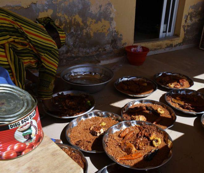 Des plats typiques du Sénégal préparés par des femmes.