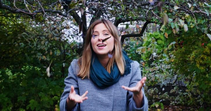 Carina Behrens leker med løvet. Foto av Ulrikke Ekeli. Carinabehrens.com