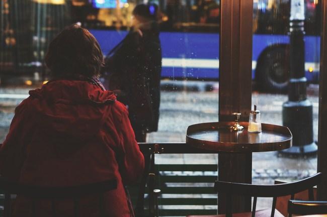 Gammel kvinne på kafé i Stockholm. Carina Behrens - carinabehrens.com
