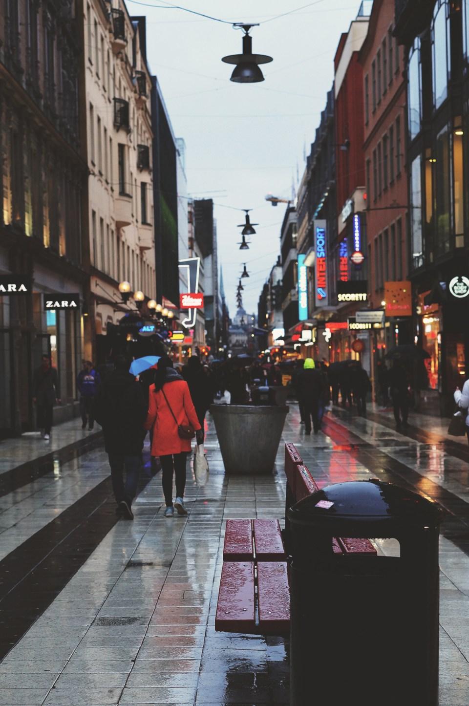 Shoppegate i Stockholm i regnet. Carina Behrens - carinabehrens.com